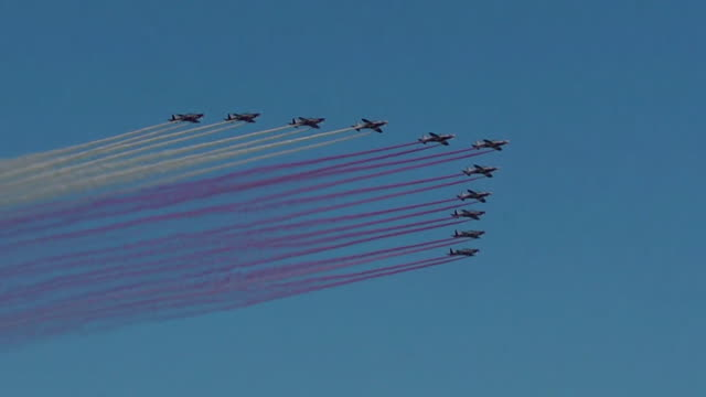 fighter jets flying over doha as qatar celebrates its national day - formationsfliegen stock-videos und b-roll-filmmaterial