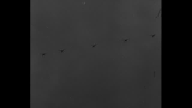 vidéos et rushes de fighter planes in formation turning, diving and leveling off, then flying low over airfield / line of fighter planes doing shallow dive, then planes... - terme sportif