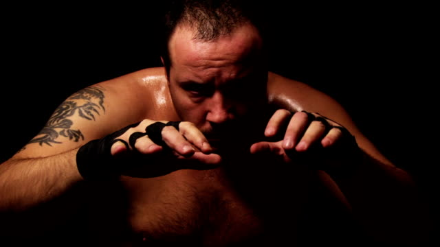 vidéos et rushes de pratiquant de combat libre - un seul homme d'âge moyen