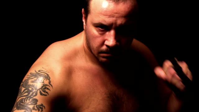 vídeos de stock, filmes e b-roll de lutador praticando - posição de combate