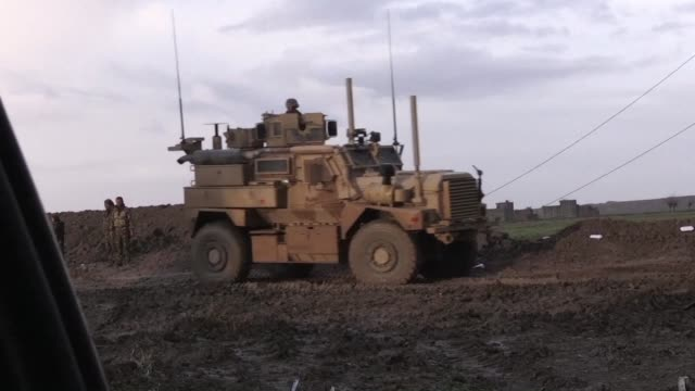 fighters from the kurdish led syrian democratic forces head to the frontline with the islamic state group jihadists in the countryside of syria's... - kurdischer abstammung stock-videos und b-roll-filmmaterial