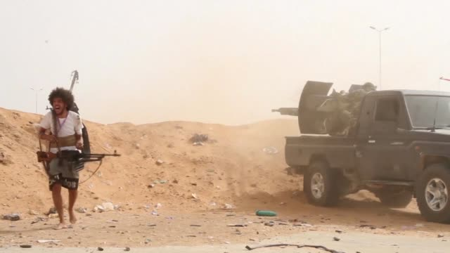 stockvideo's en b-roll-footage met fighters loyal to the libyan internationally recognised government of national accord fire heavy machine guns during clashes against forces loyal to... - libië