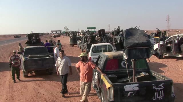 fighters loyal to the national transitional council have said prokadhafi forces had formed a crescentshaped chain of tanks around sirte to prevent... - civilperson bildbanksvideor och videomaterial från bakom kulisserna