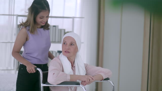 がん家族の励ましとの闘いは重要です - 義母点の映像素材/bロール