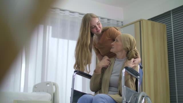 vidéos et rushes de la lutte contre le cancer famille encourager est la matière - besoin