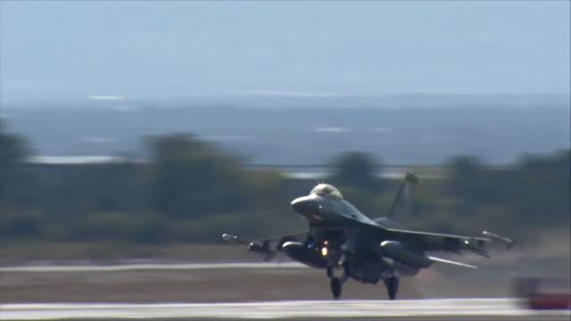 vídeos de stock, filmes e b-roll de f-16 fighting falcon taking off - nellis air force base