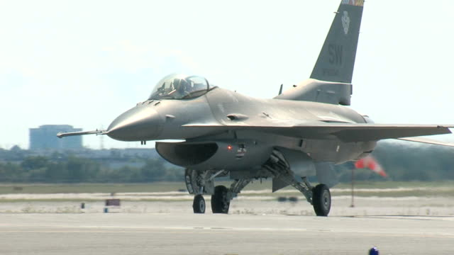 f16 fighting falcon auf der startbahn rollen - luftwaffe stock-videos und b-roll-filmmaterial