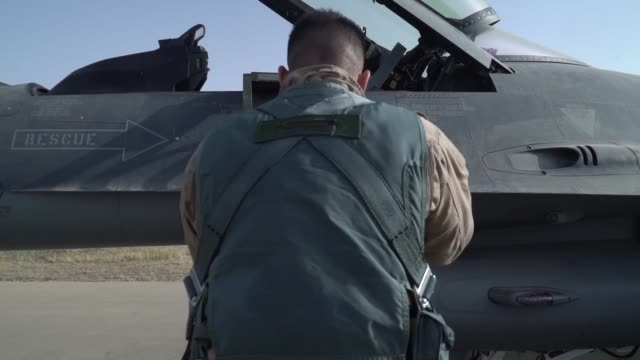 vídeos de stock e filmes b-roll de fighting falcons and pilots with iraqi air force 9th fighter squadron perform take offs and landings to conduct a coalitionled airstrike to attack... - coligação
