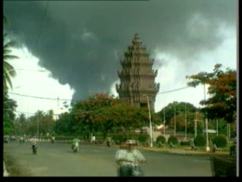 phnom penh lms independence monument as black smoke billowing behind it rooftops of bldgs as black smoke seen rising in distance troops allied to... - southeast asia stock videos & royalty-free footage