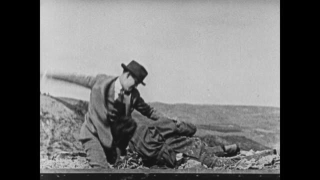 vidéos et rushes de 1924 fighting men dumped from back of truck into landfill - 1924