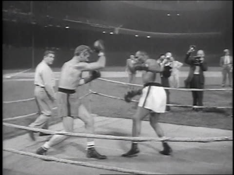 vídeos de stock, filmes e b-roll de fighting / shaking hands at end of match - 1951