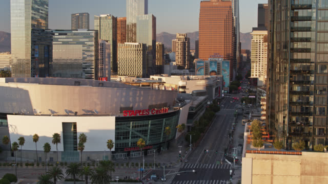 vídeos de stock e filmes b-roll de figueroa st, la live and the staples center - drone shot - microsoft theater los angeles