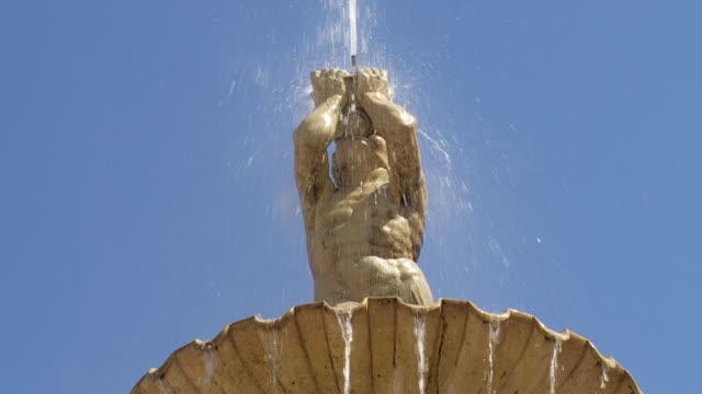 cu figure of triton on top of the residenzbrunnen on the residenzplatz in salzburg - 神話点の映像素材/bロール