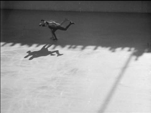 vídeos de stock, filmes e b-roll de / figure skating pairs' competition / ernst baier and maxi herber win gold pairs figure skating at 1936 winter olympics at olympic ice stadium on... - garmisch partenkirchen