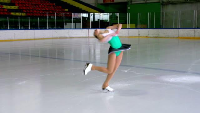 vídeos de stock, filmes e b-roll de hd: desempenho de patinação artística - pirouette