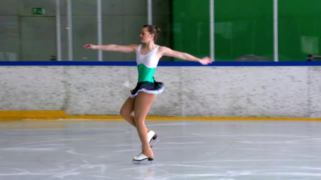 vídeos de stock, filmes e b-roll de hd: pirueta de patinação artística - pirouette