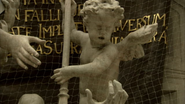 Figures on the Pestsäule in Vienna depict scenes of the 1679 plague. Available in HD.