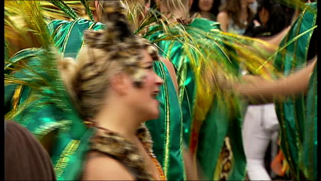 figures show record number of tourists visited london in 2013; r26081302 / 26.8.2013 notting hill: performers at notting hill carnival t25061216 / tx... - number of people stock videos & royalty-free footage