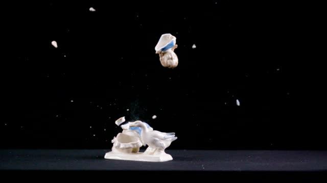 figur des kleinen mädchens fütterung gans explodiert - braut stock-videos und b-roll-filmmaterial