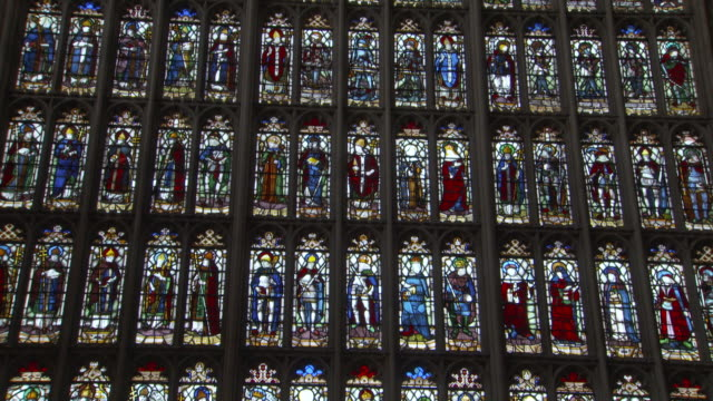 vídeos de stock e filmes b-roll de figurines are depicted in intricate stained glass windows in the nave of st george's chapel where prince harry and meghan markle will be married in... - berkshire inglaterra