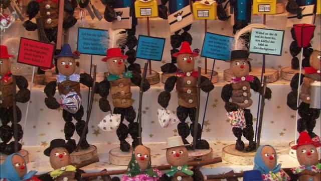 cu pan figurines for sale at christkindlesmarkt (christmas market) / nuremberg, bavaria, germany - nuremberg stock videos & royalty-free footage