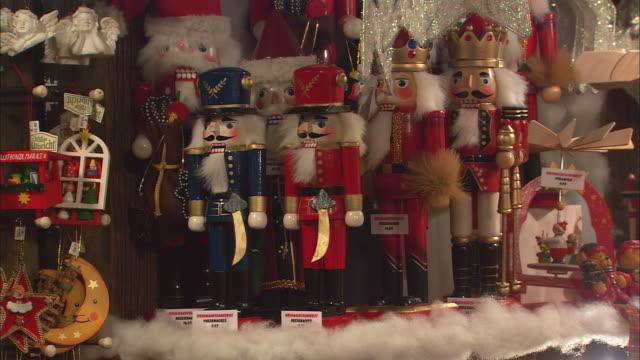 cu figurines for sale at christkindlesmarkt (christmas market) / nuremberg, bavaria, germany - puppe stock-videos und b-roll-filmmaterial