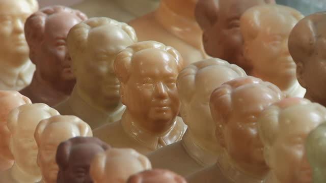 vídeos y material grabado en eventos de stock de cu figurines of mao zedong in rows / shanghai, china - mao tse tung