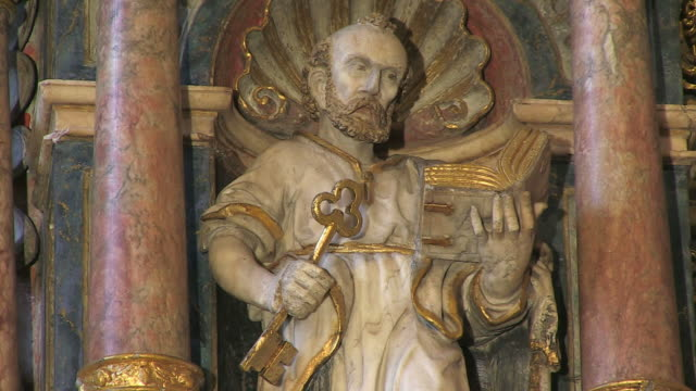 vidéos et rushes de ms figurs of saint in church / saarburg-beurig, rhineland palatinate, germany - statue
