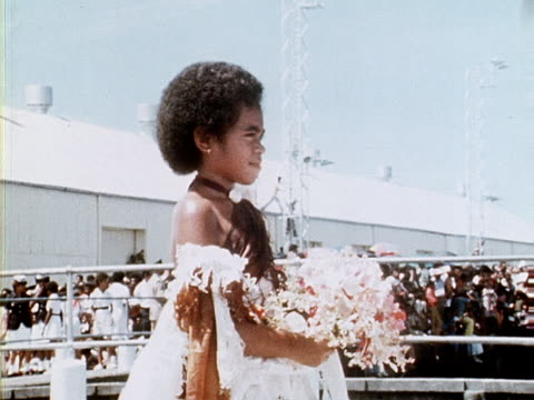 vídeos de stock, filmes e b-roll de a fijian girl presents the queen with a bouquet of flowers as she arrives for the start of her silver jubilee tour 1977 - papel em casamento