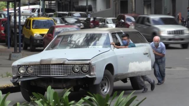 filas organizadas en caracas y protestas en la provincia. venezuela ante una aguda escasez de combustible, relanzó el lunes un plan para distribuir... - gasolina stock videos & royalty-free footage
