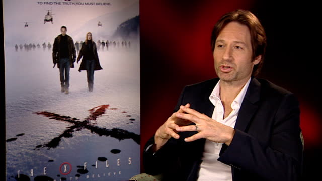 vídeos de stock e filmes b-roll de 'x files i want to believe' film david duchovny interview david duchovny interview sot on his character giving scully a hard time work over love /... - billy connolly