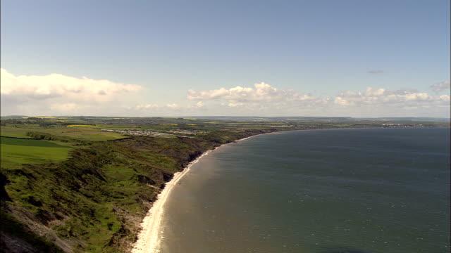 stockvideo's en b-roll-footage met filey en filey bay - luchtfoto - north yorkshire, in het engelse district scarborough, verenigd koninkrijk - yorkshire