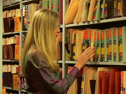 vídeos de stock e filmes b-roll de filing - trabalhadora de colarinho branco