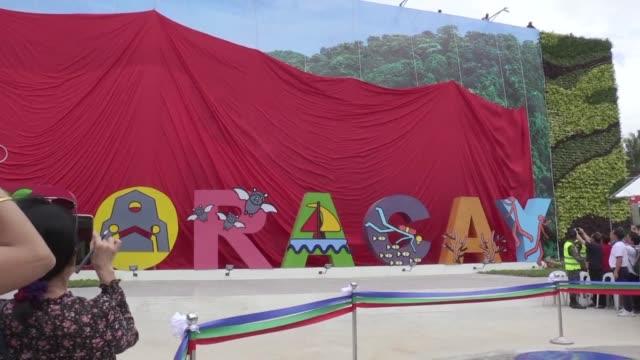 Filipinas reabrio el viernes a los visitantes la isla de Boracay tras seis meses de cierre imponiendo nuevas reglas en contra de la contaminacion y...