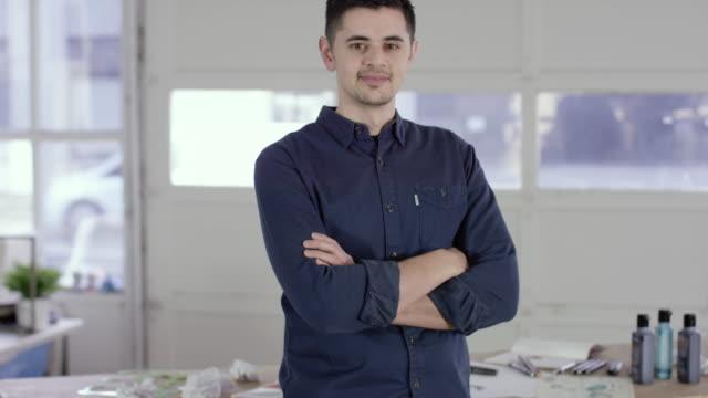 Filipino concepteur Looking at Camera avec bras croisés