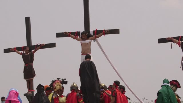 filipino zealots mark good friday with a bloody display of religious frenzy by having themselves nailed to crosses and whipping their backs raw in... - filippinerna bildbanksvideor och videomaterial från bakom kulisserna
