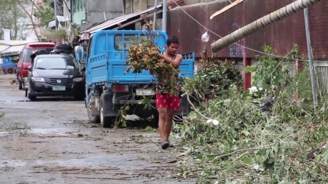 stockvideo's en b-roll-footage met filipinos start to clean up the damage caused by typhoon mangkhut in cagayan province - filipijnen