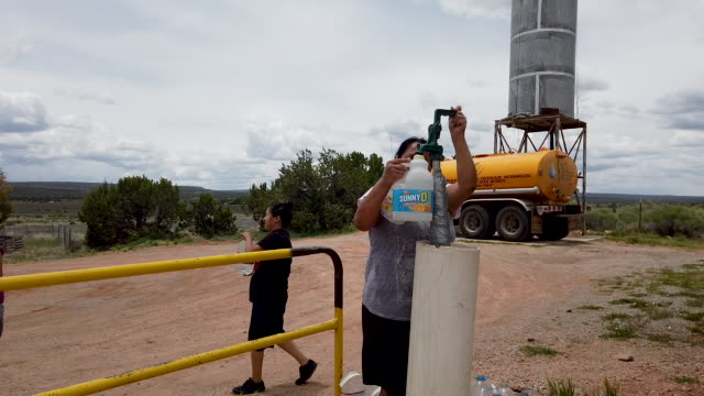 fill up canisters with water a public water pump on june 04 2019 in gallup new mexico due to a legacy of poverty government neglect and stolen water... - bombola video stock e b–roll