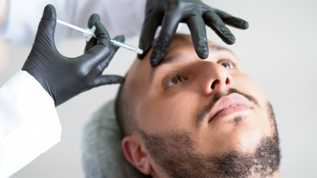vídeos de stock e filmes b-roll de filler injection for male face in beauty clinic - tratamento a laser