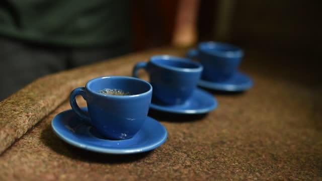 vídeos de stock, filmes e b-roll de copo azul fillig com café - três objetos