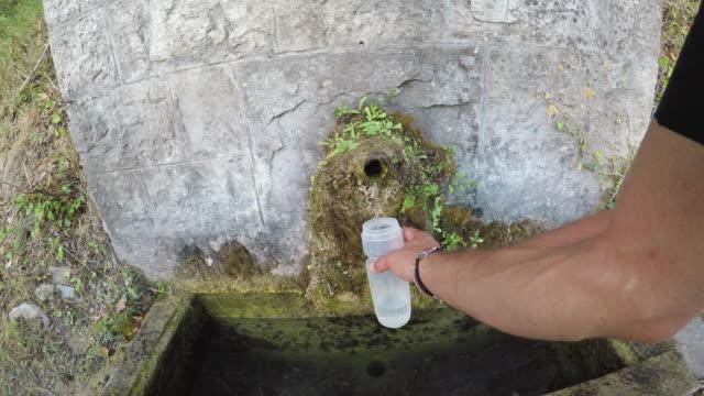 vídeos y material grabado en eventos de stock de llenar una botella de agua, pov - manillar