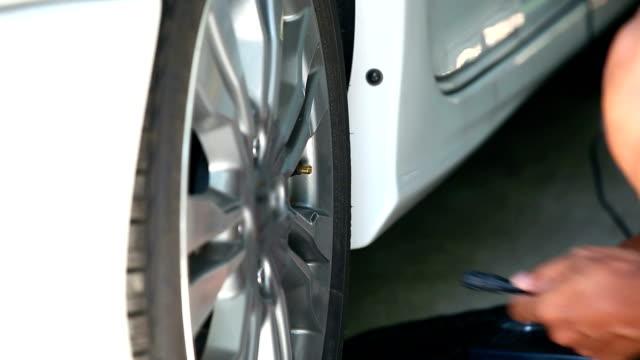 vídeos de stock e filmes b-roll de preencher ar de um pneu de carro - encher atividade