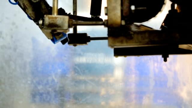 工場で水を充填ボトル - ボトルオープナー点の映像素材/bロール