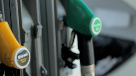 vídeos y material grabado en eventos de stock de coche con relleno de gas - echar combustible