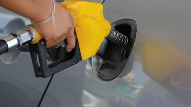 vídeos y material grabado en eventos de stock de hd: llenado automóvil con gas - bomba de combustible