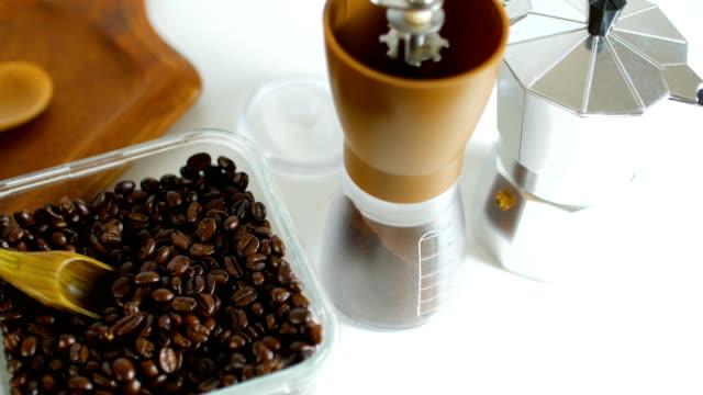 Füllen Kaffeebohnen in Handbuch Kaffeemühle, erschossen Dolly.