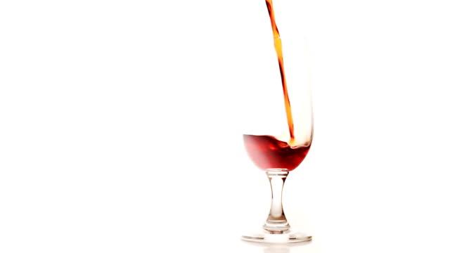 vidéos et rushes de remplir le verre avec du vin - plein