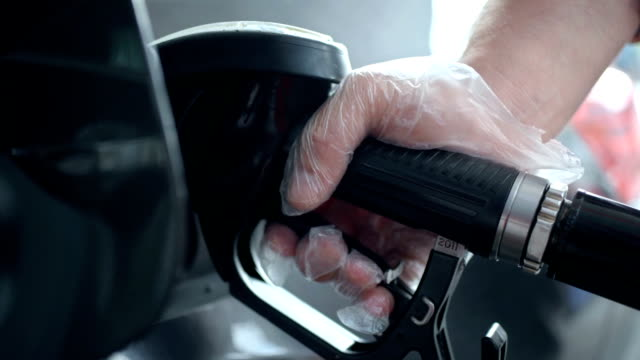 hd: riempiendo il serbatoio del carburante - glove video stock e b–roll