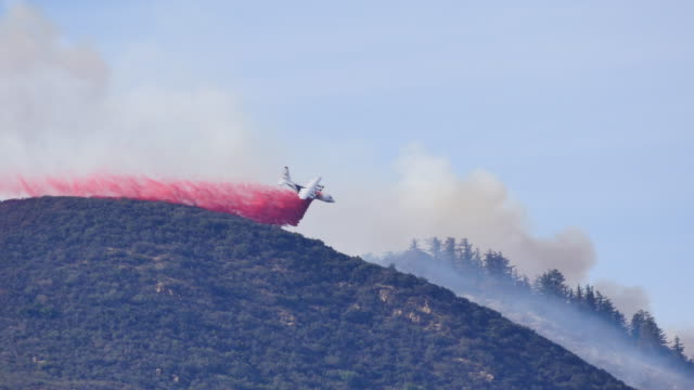 fillmore, california usa: a tanker aircraft drops red fire retardant onto the thomas fire near fillmore, california, december 9, 2017. firefighters... - 2017 stock videos & royalty-free footage
