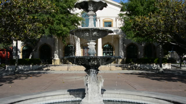 fillmore city hall front courtyard park fountain zoom out from close up of water flowing and dripping, santa clara river valley, southern california, - zoom in点の映像素材/bロール